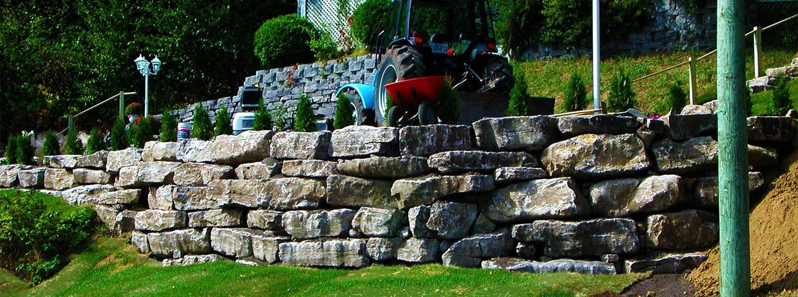 Construction de mur de soutènement en pierres